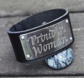 "Läderarmband med text ""Proud to be a woman"""