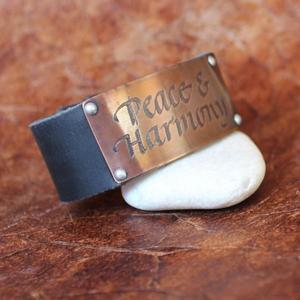 """""""Peace & Harmony"""" läderarmband med text"""