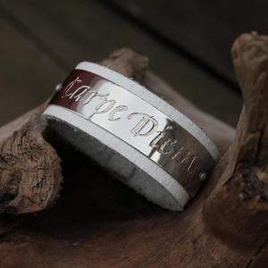 """Klassiskt latinskt citat """"Carpe Diem"""" på vitt läderarmband"""