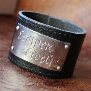 """""""Semper Fidelis"""" läderarmband med text"""