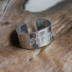 "Ring med texten ""Be strong"""