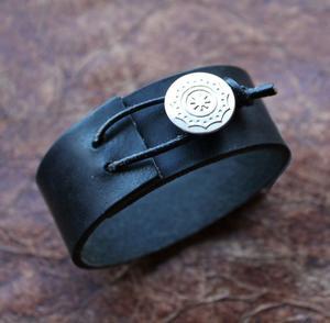 Carpe Diem läderarmband med latinsk text