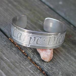 "Armband ""Carpe Diem"" med handskriven text"
