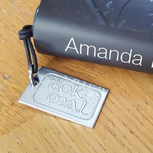 Bokmärke i metall med text