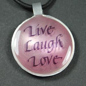 """Budskapet """"Live, Laugh, Love"""" på rund berlock"""