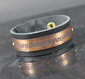 "Läderarmband med text ""Anything's possible"""