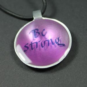 """Berlock med budskapet """"Be strong"""" i kalligrafistil"""
